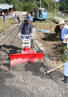 軌道敷に砂利を敷き詰める作業では除雪機が活躍