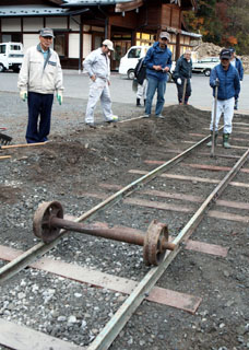 """車輪だけの""""試運転""""。50メートルの線路に転がし、 真っすぐに転がるか、外れないかなどを点検"""